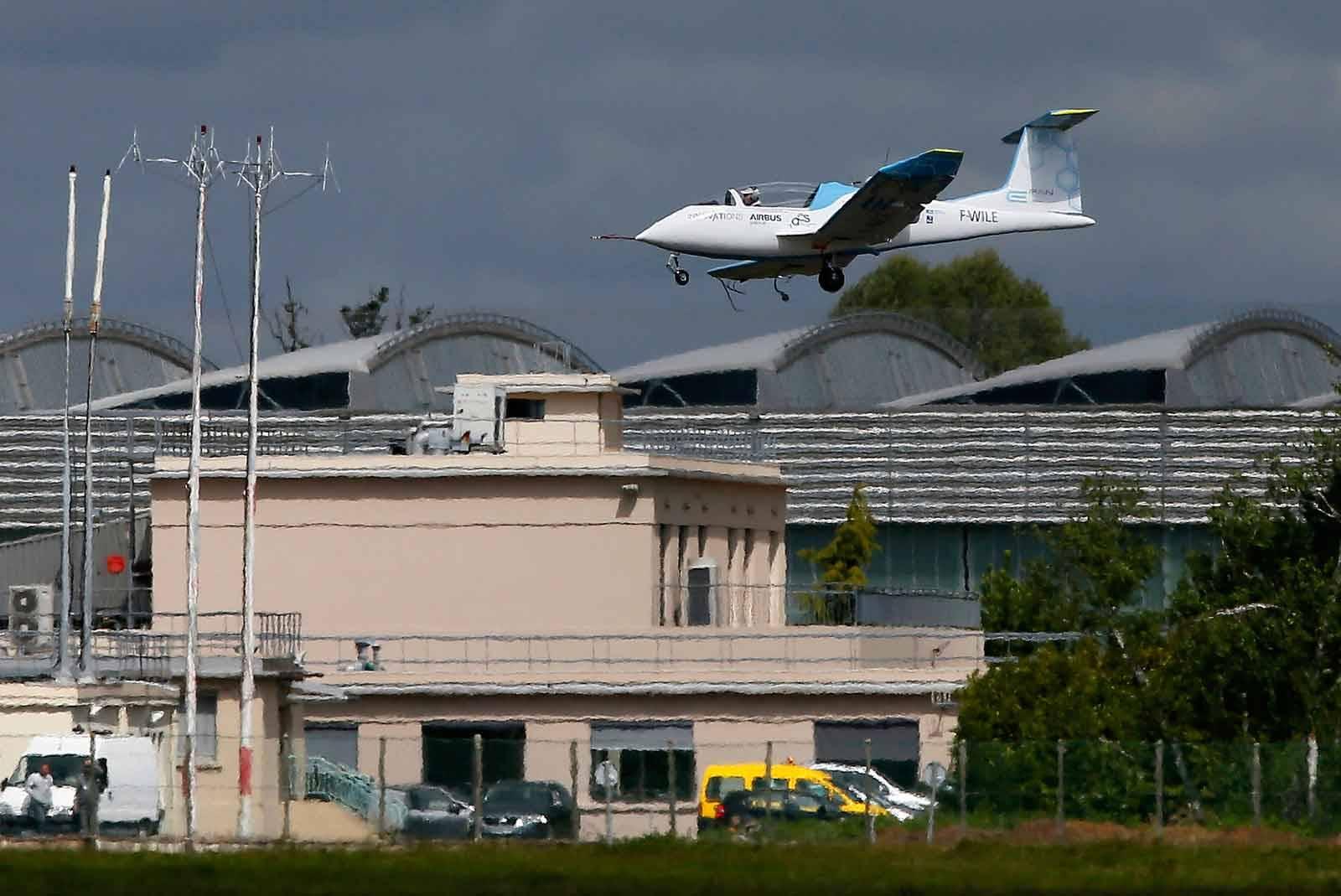 Airbus E-Fan Electric Plane Landing