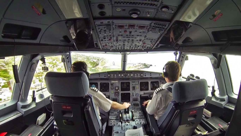 Pilots show how to land a British Airways Airbus A320 at Funchal Airport